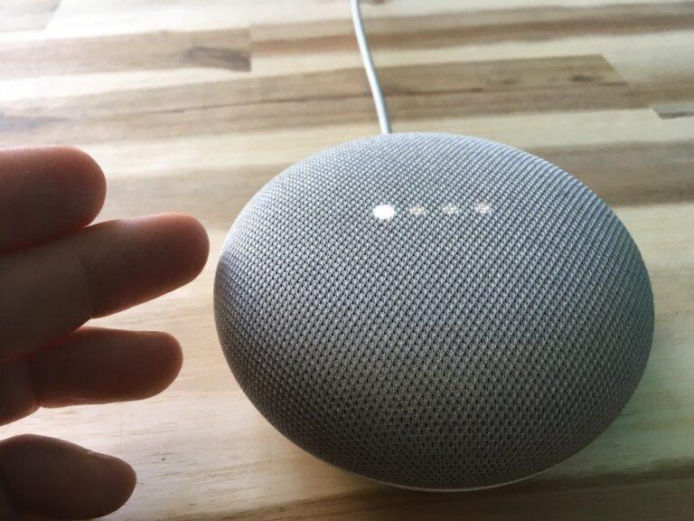 Leiser: Ein Tipp links am Gehäuserand vom Google Home Mini reduziert die Lautstärke.