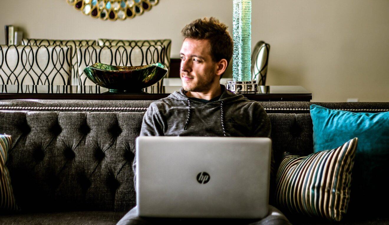 Mann mit Laptop (Bild: unsplash/Chris Alupului)