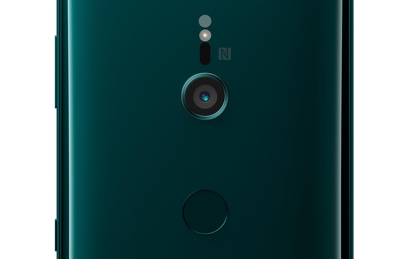 Die Kamera des Sony Xperia XZ3 muss mit einer Linse auskommen. Der Fingerabdrucksensor in gebührendem Abstand (Bild: Sony)