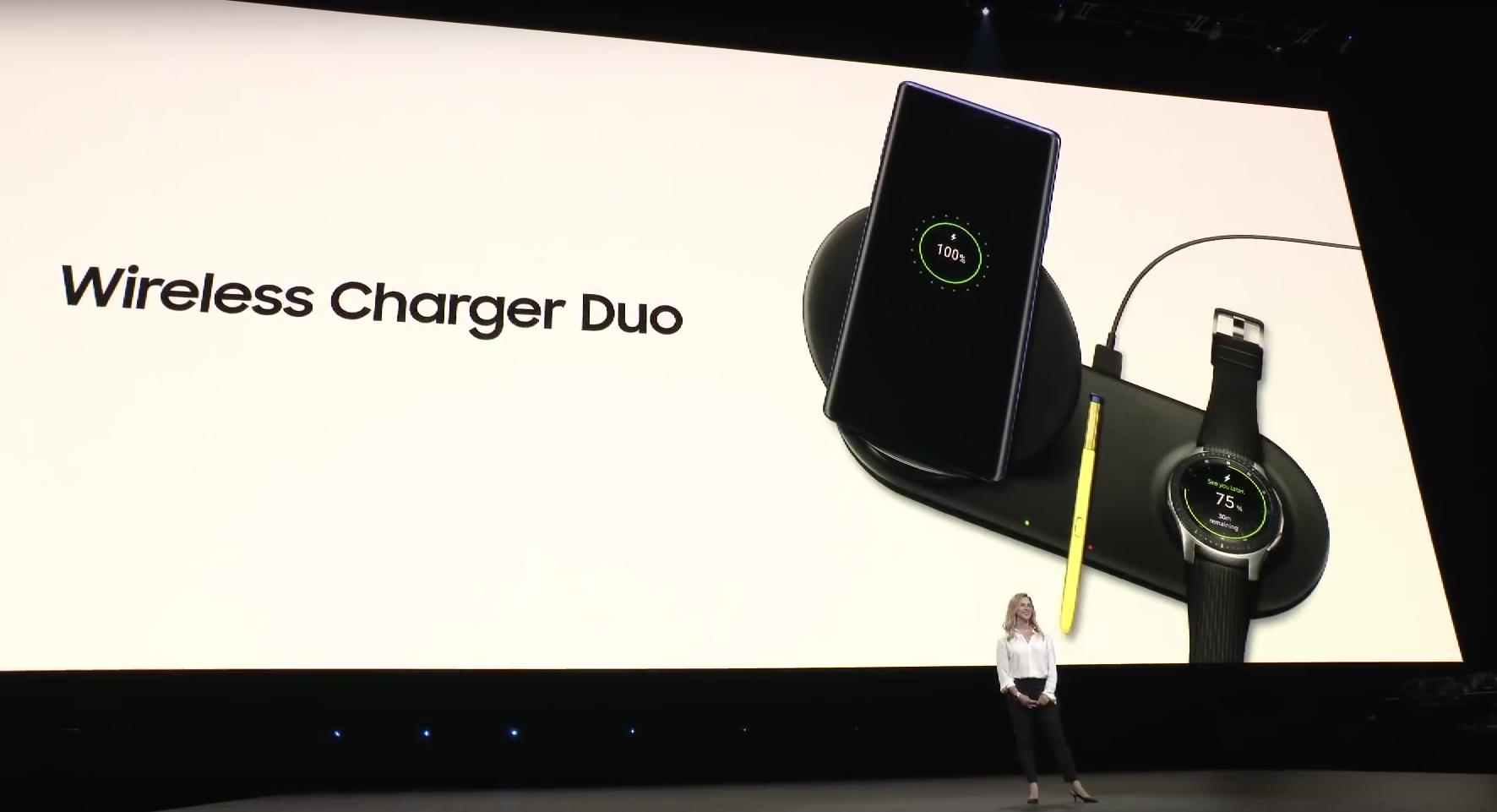 Auf dem Samsung Wireless Charger Duo lassen sich Smartphone und Smartwatch gleichzeitig laden (Screenshot vom Livestream)