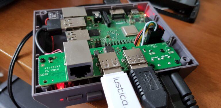 Hier bei der Installation. Auf dem USB-Stick sind Spiele für die Konsole. (Foto: Sven Wernicke)