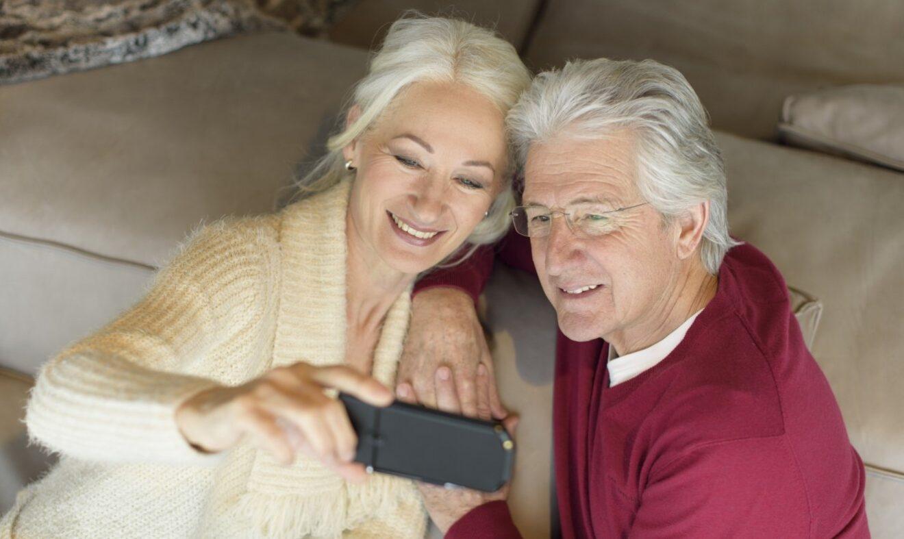 Senioren mit Emporia-Handy (Bild: Emporia)