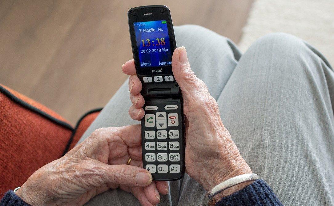 Der Bildschirm eines Seniorenhandys muss nicht groß sein – sofern alles Wichtige darauf zu erkennen ist (Bild: Pixabay/sabinevanerp)