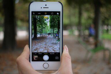 Kleines iPhone (Bild: Unsplash/lubo minar)