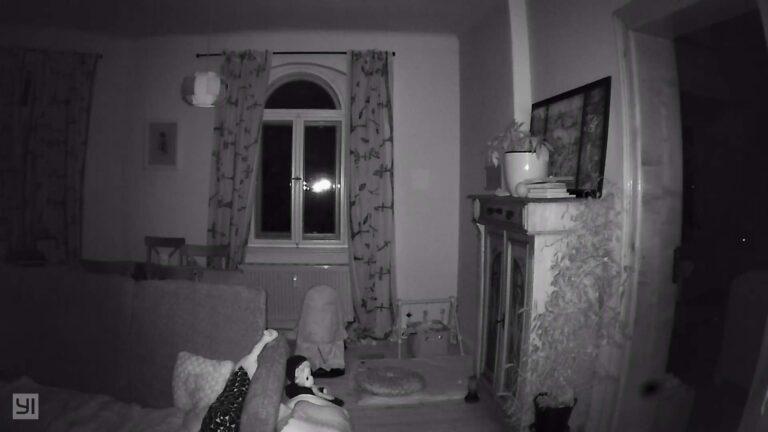 Die Dome-Kamera bei absoluter Dunkelheit im Zimmer. (Foto: Sven Wernicke)