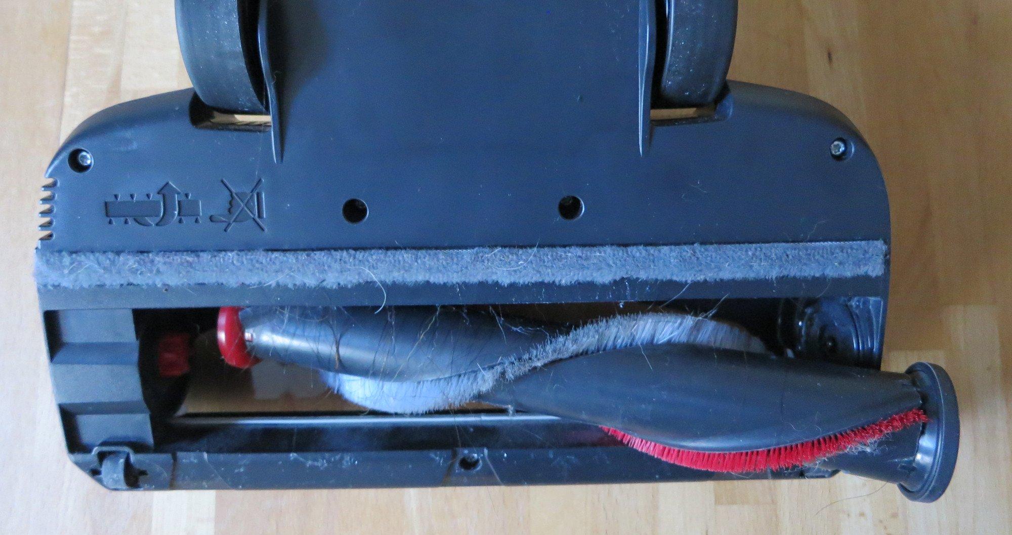 Die Bürstenrolle des AEG FX9 lässt sich leicht herausnehmen und reinigen (Bild: Peter Giesecke)