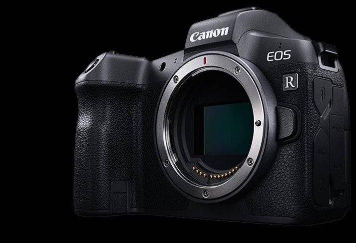 Canon EOS R mit Blick auf den großen Vollformatsensor im Gehäuse.