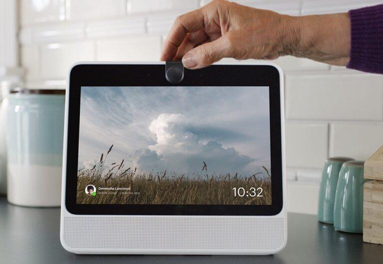 Kamera und Mikrofone lassen sich im Facebook Portal mit einem Knopfdruck ausschalten.