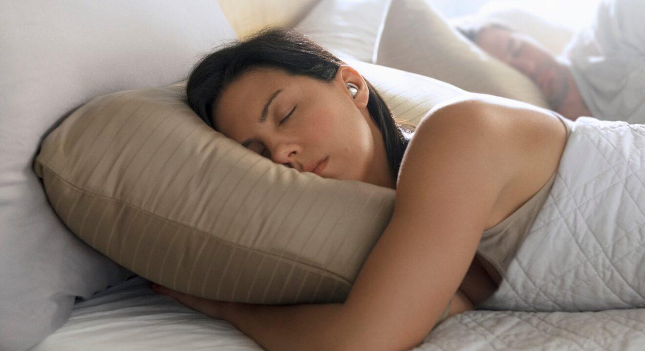 Frau mit Bose Sleepbuds (Bild: Bose)