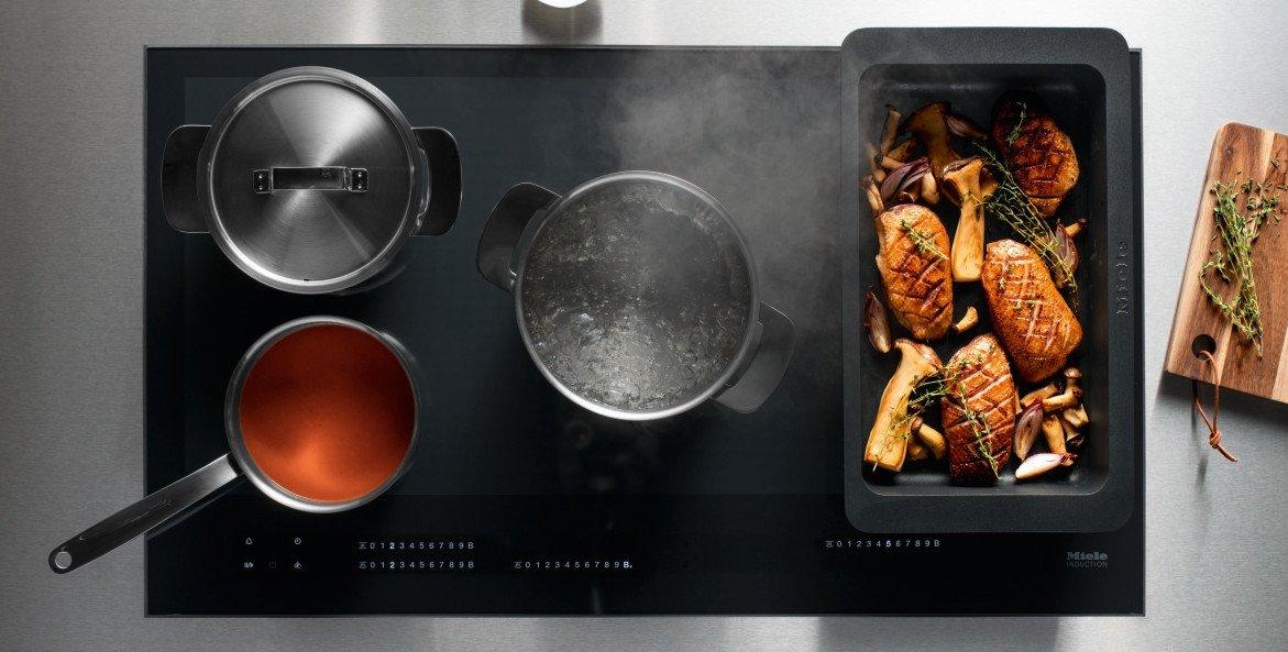Beim Vollflächen-Kochfeld Miele KM 7000 wandert die Anzeige mit den Töpfen mit (Bild: Miele)