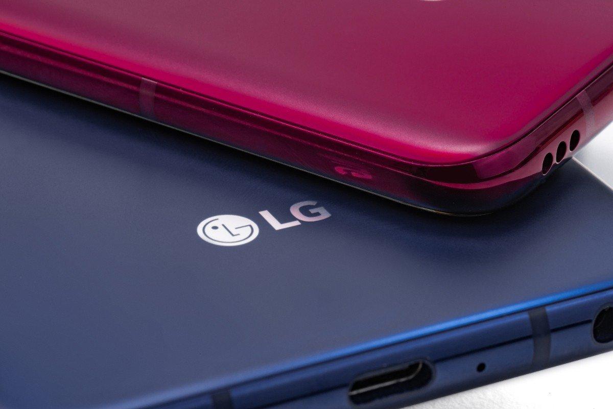Das LG V40 ThinQ ist groß, sogar größer als sein Vorgänger, aber immer noch schlank (Bild: LG)