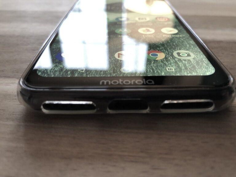 """Motorola One: Unterseite mit """"Kinn"""" und """"Motorola""""-Schriftzug"""