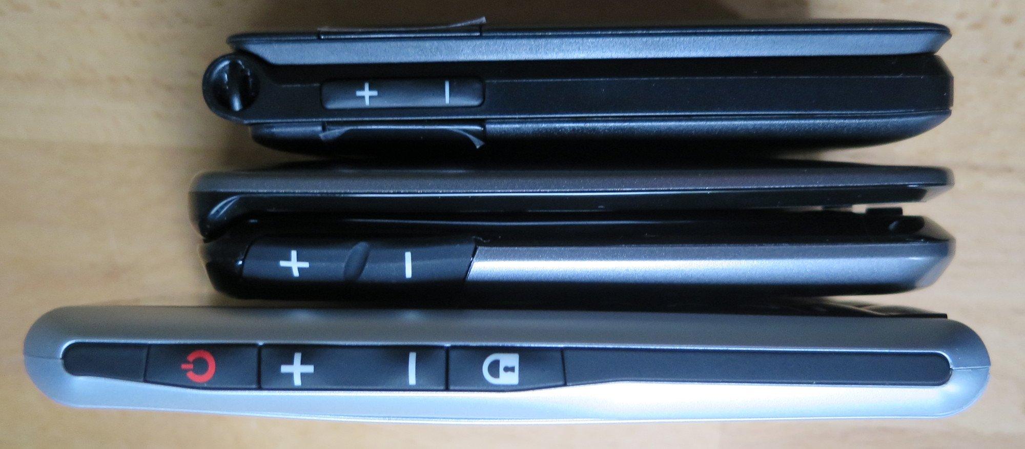 Das Emporia Classic 2G (unten) benötigt eine Taste für die Tastensperre. Die Klapphandys werden bloß aufgeklappt (Bild: Peter Giesecke)