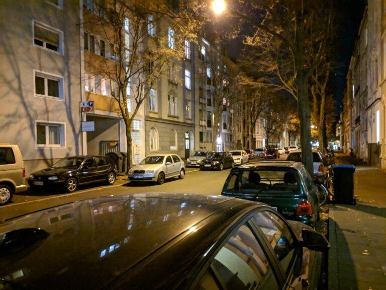 Straßenszene bei Nacht mit dem Nachtmodus im Pixel 2