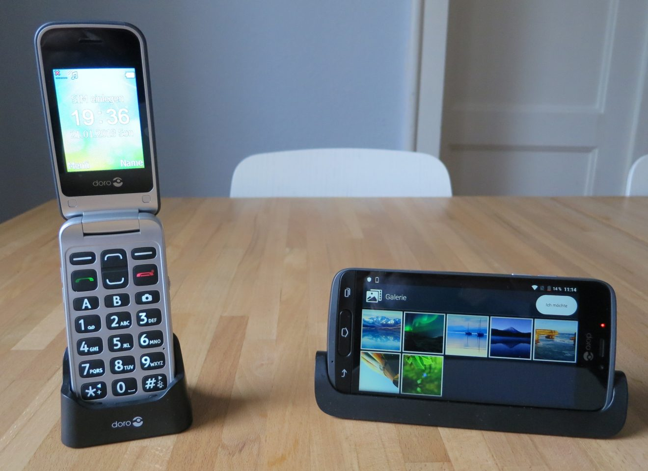Seniorenhandy Doro 2424 und Senioren-Smartphone Doro 8040 (Bild: Peter Giesecke)