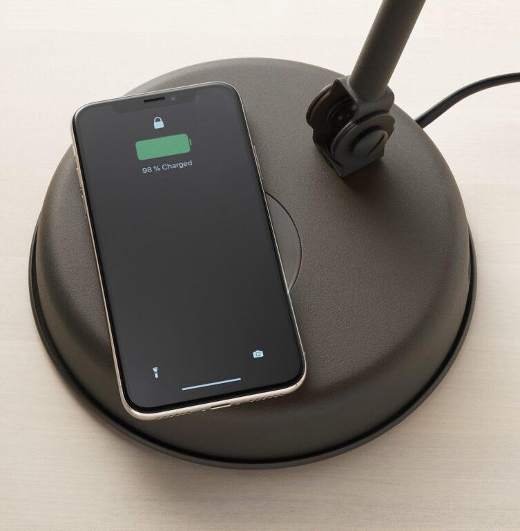 Handys müssen nicht mehr verkabelt werden. (Foto: Ikea)