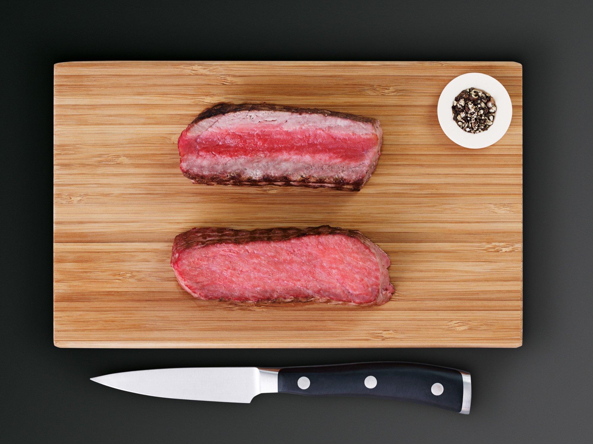 Das Fleisch oben wurde in einem herkömmlichen Ofen nicht gleichmäßig gegart: innen roh, dafür außen angebrannt. Zum Vergleich unten ein Stück Fleisch aus dem AEG SteamPro BSK892230M per Sous-vide gegart (Bild: AEG)