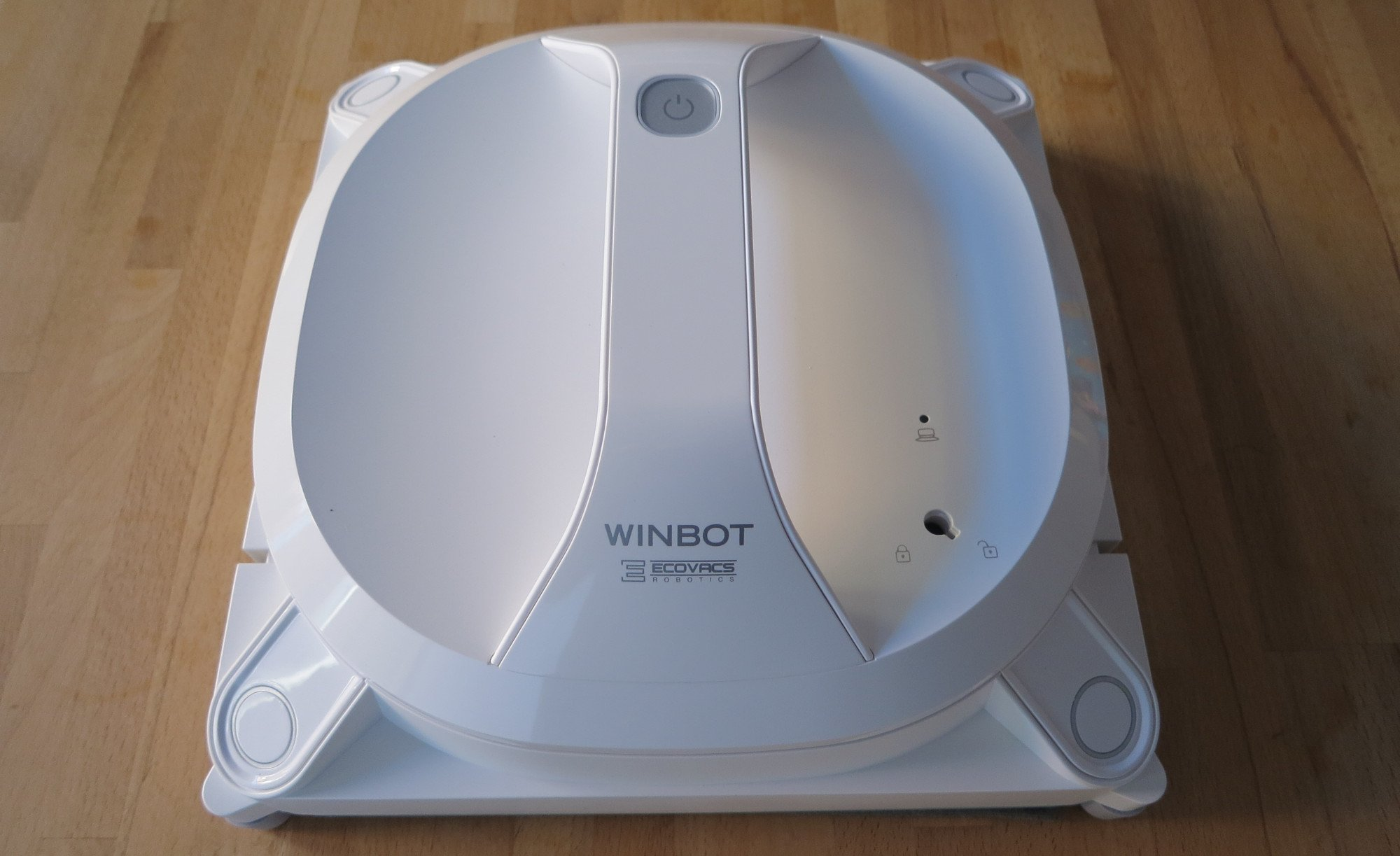 Der Ecovacs Winbot X ist weder klein noch leicht. Dennoch haftet er gut an der Scheibe (Bild: Peter Giesecke)