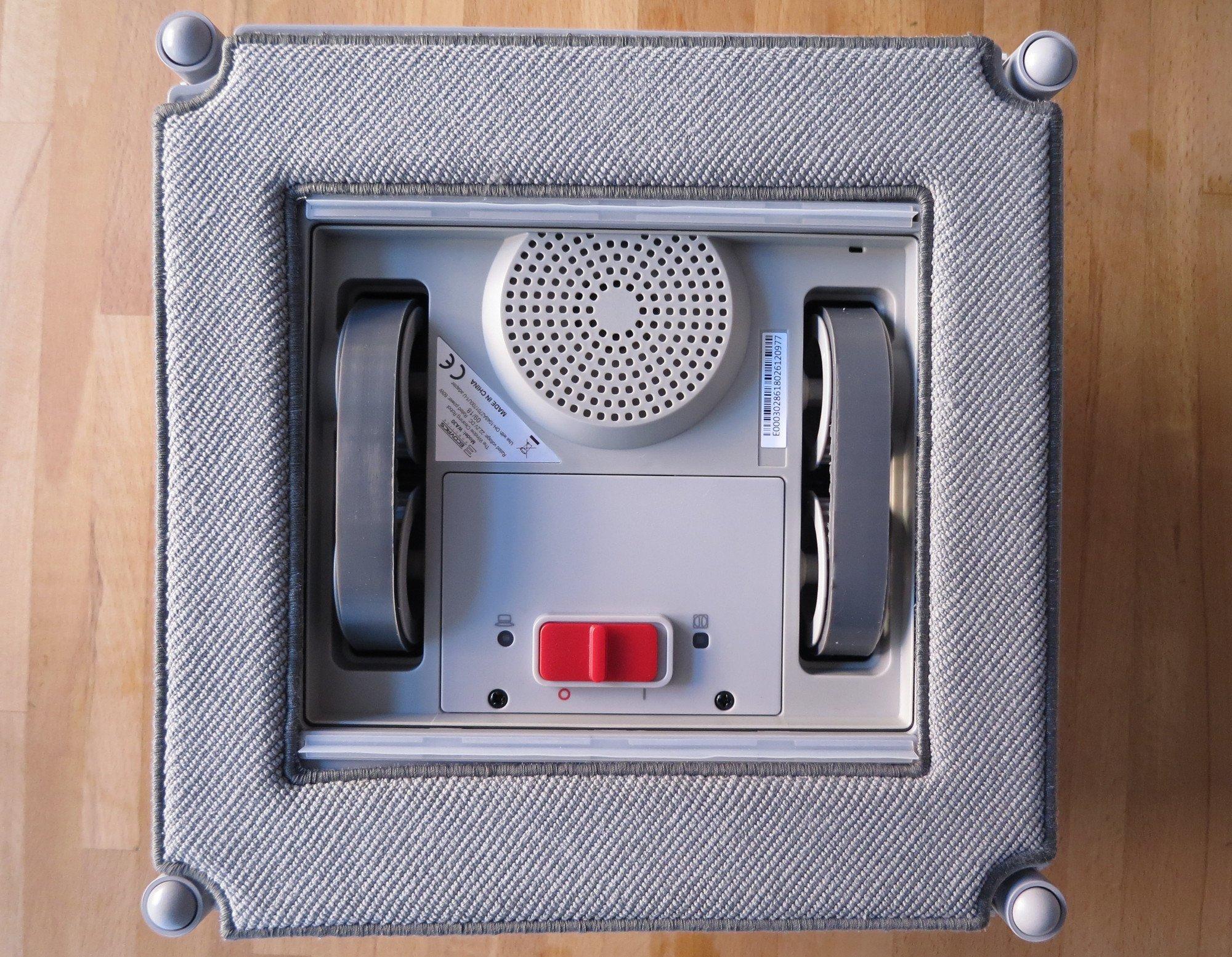 Die Unterseite des Ecovacs Winbot X verrät, wie er arbeitet: Ansauger, zwei Gummibänder zur Fortbewegung, zwei Gummilippen und ein Mikrofasertuch (Bild: Peter Giesecke)