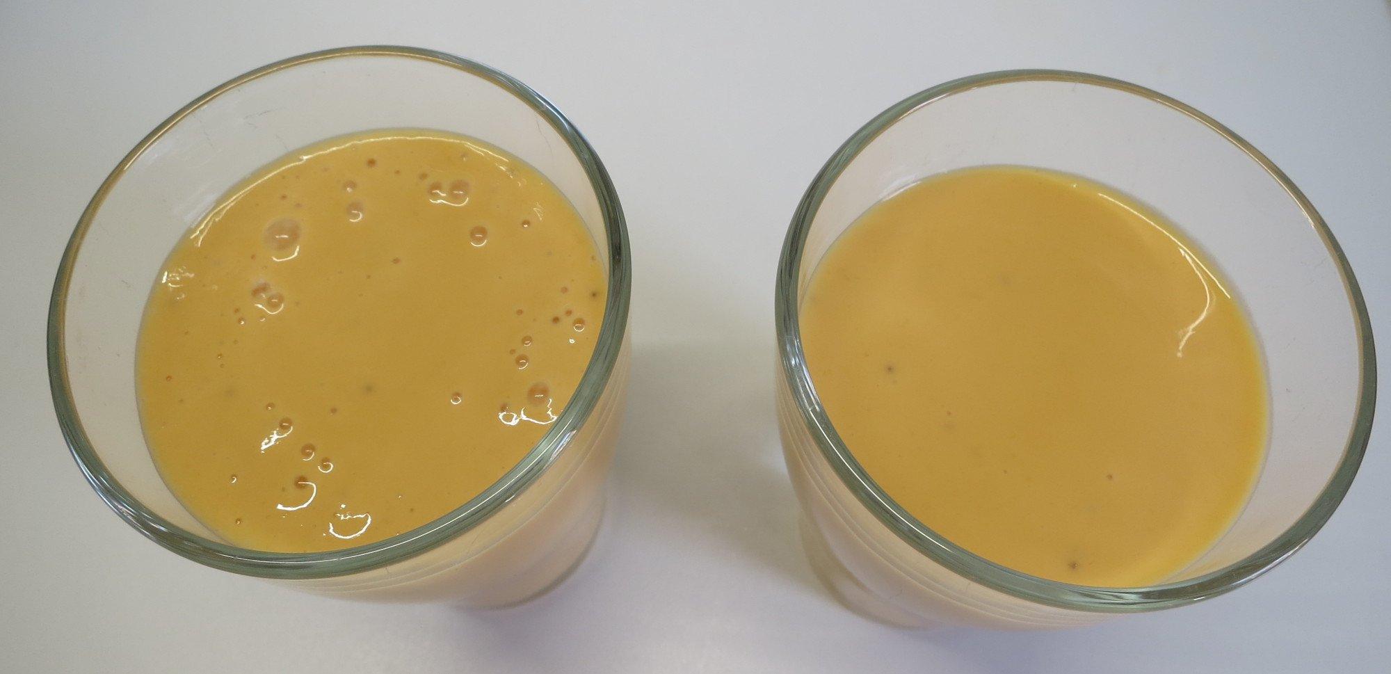 Bananen-Möhren-Smoothie direkt nach dem Mixen: links ohne und rechts mit Vakuum (Bild: Peter Giesecke)