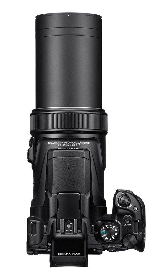 Sie ist laaaaang. Die Nikon P1000 mit ausgefahrenem Objektiv ist nur noch von der Bauform her eine Kompaktkamera.
