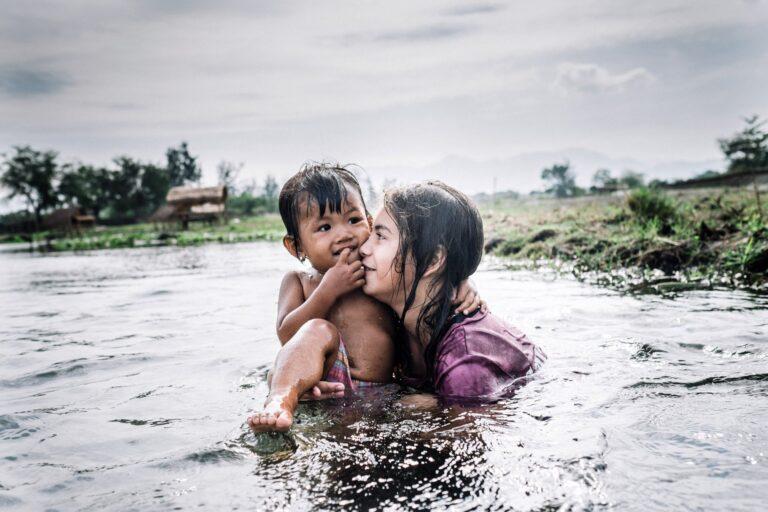"""""""Wanna have love?"""" Finger und seine Partnerin Insa Hagemann wurden 2014 für ihre Fotoreportage auf den Philippinen für zahlreiche Preise nominiert. (Foto Insa Hagemann / Stefan Finger)"""