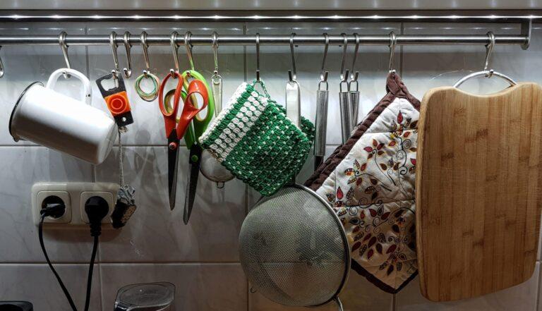 Ja, volle Küche. Aber die beleuchtete Arbeitsplatte mit Hue Lightstrip Plus ist großartig. (Foto: Sven Wernicke)