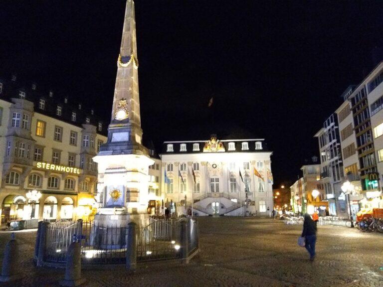 Dieses Nachtbild vom Bonner Münsterplatz enttäuscht. Zwar rauscht der Himmel wenig, aber die Lichter wirken ausgefranst, die Automatik belichtet etwas zu lange.