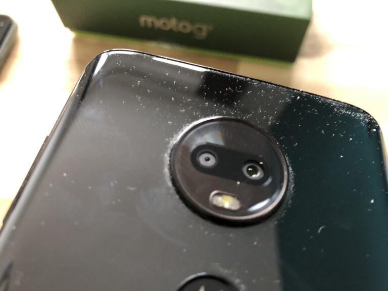 Ungeschönter Blick: Die leicht heraus ragende Kamera im Moto G7 ist ein kleiner Staubfänger.