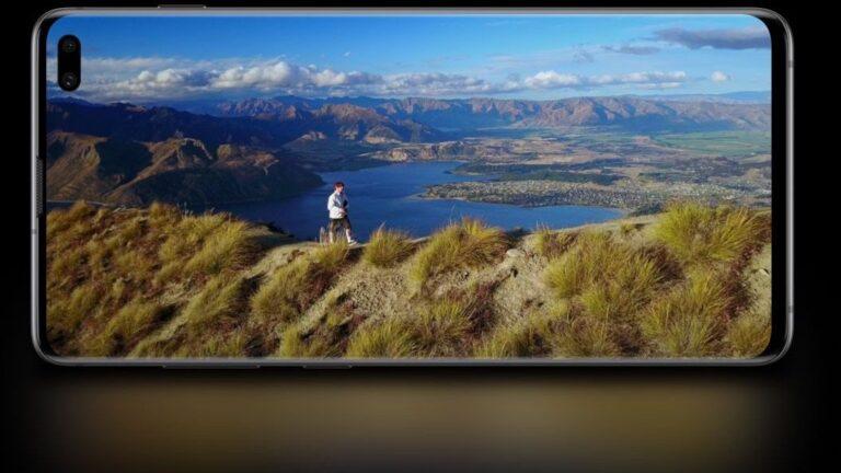 """Samsung Galaxy S10+: Nahezu randloses Display mit """"Loch"""", in dem die Frontkamera Platz findet."""