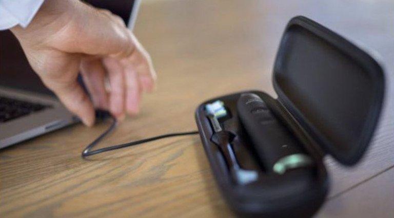 Die Philips Diamond Clean Smart lässt sich über das Reiseetui am USB-Port eines Laptops laden (Bild: Philips)