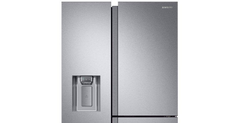 Der Eisspender sitzt in der Tür zum Gefrierfach des Side-by-Side-Kühlschranks Samsung RS8000 (Bild: Samsung)