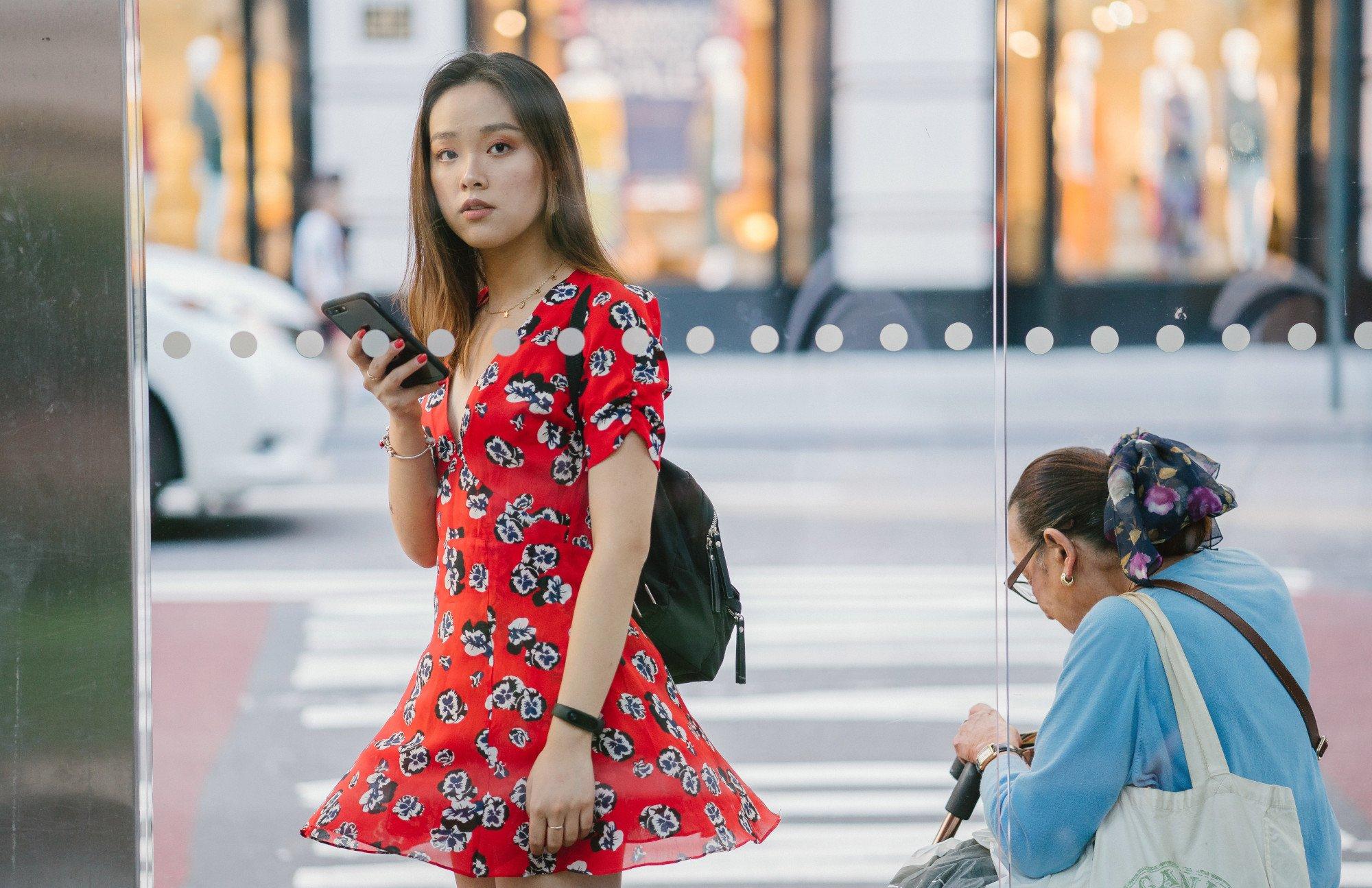 Das Smartphone kann das Warten auf den Bus überbrücken, aber auch den Weg zum nächsten Leih-E-Scooter zeigen (Bild: Pexels/mentatdgt)