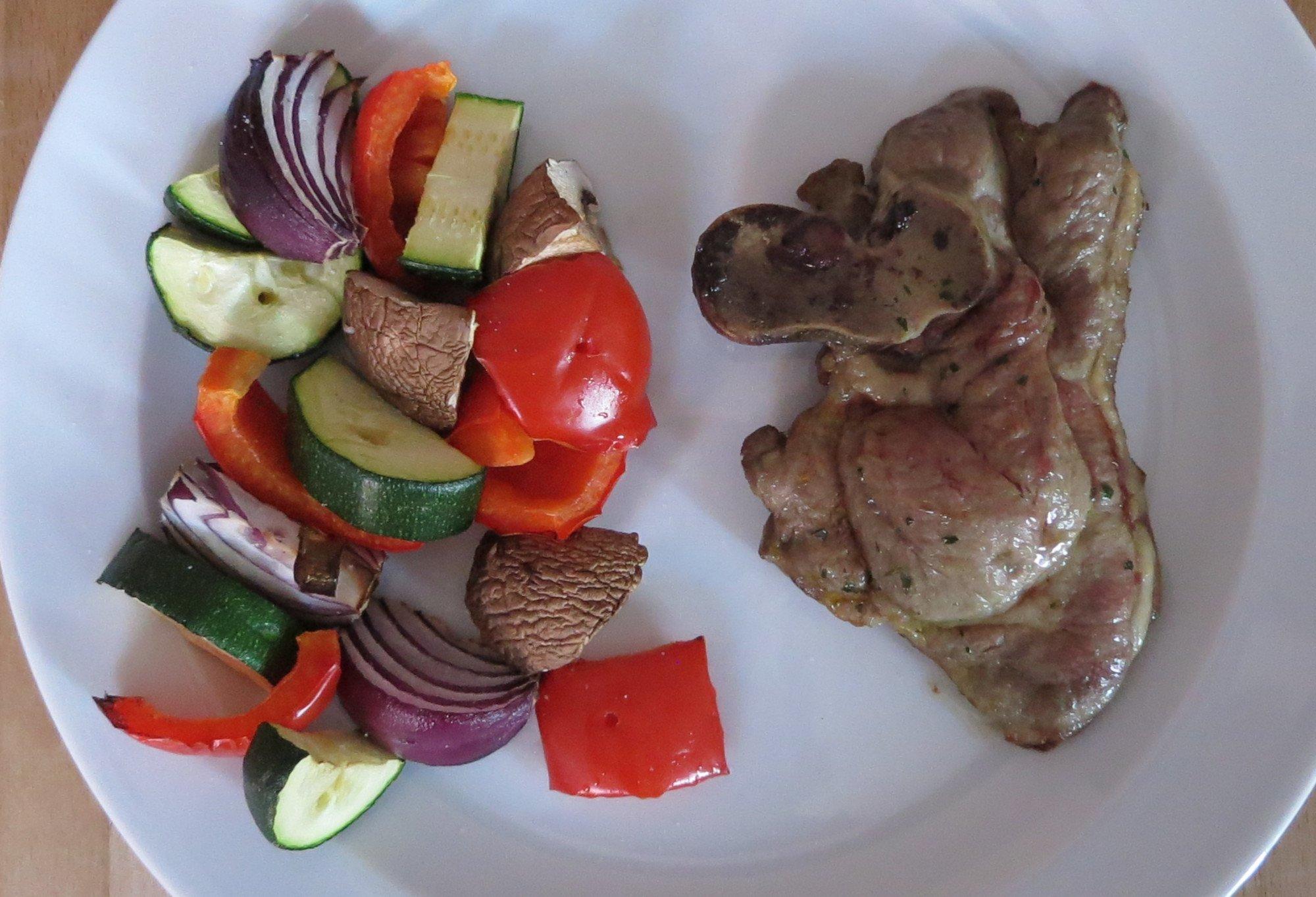 Das Ergebnis kann sich sehen lassen (und schmeckt auch vorzüglich): Grillfleisch und Gemüse aus der Heißluftfritteuse Philips Airfryer Avance XXL (Bild: Peter Giesecke)