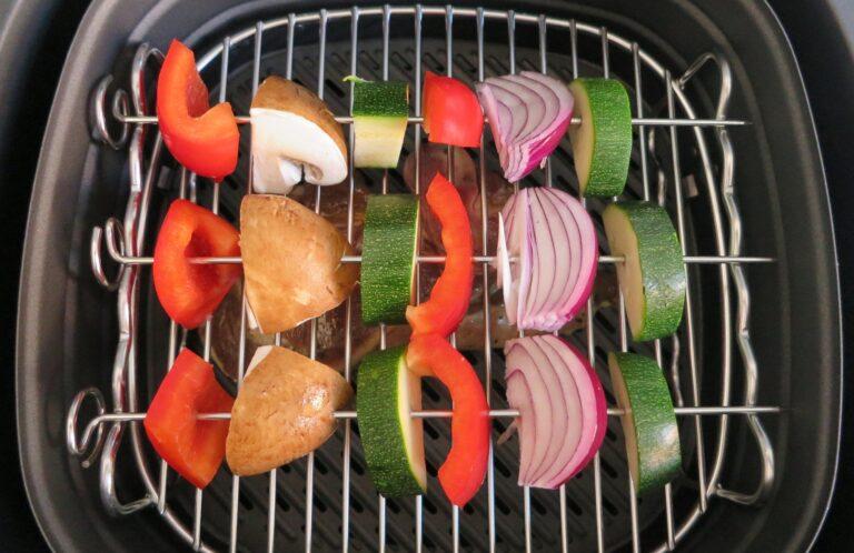 Heißluftfritteuse Philips Airfryer Avance XXL mit Grillfleisch und Gemüsespießen