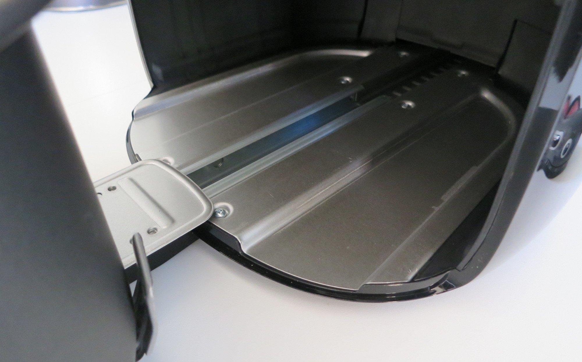 Außen (hochwertiger) Kunststoff, doch an entscheidender Stelle Metall: Die Schublade der Heißluftfritteuse Philips Airfryer XXL läuft auf einer stabilen Schiene (Bild: Peter Giesecke)