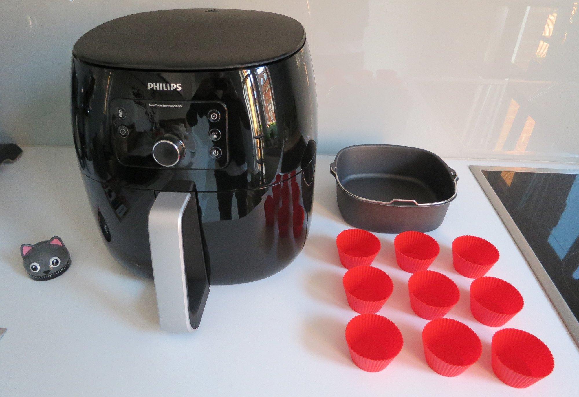 Das Back-Kit für die Heißluftfritteuse Philips Airfryer XXL umfasst eine 20er-Backform und neun Muffinförmchen aus Silikon (Bild: Peter Giesecke)
