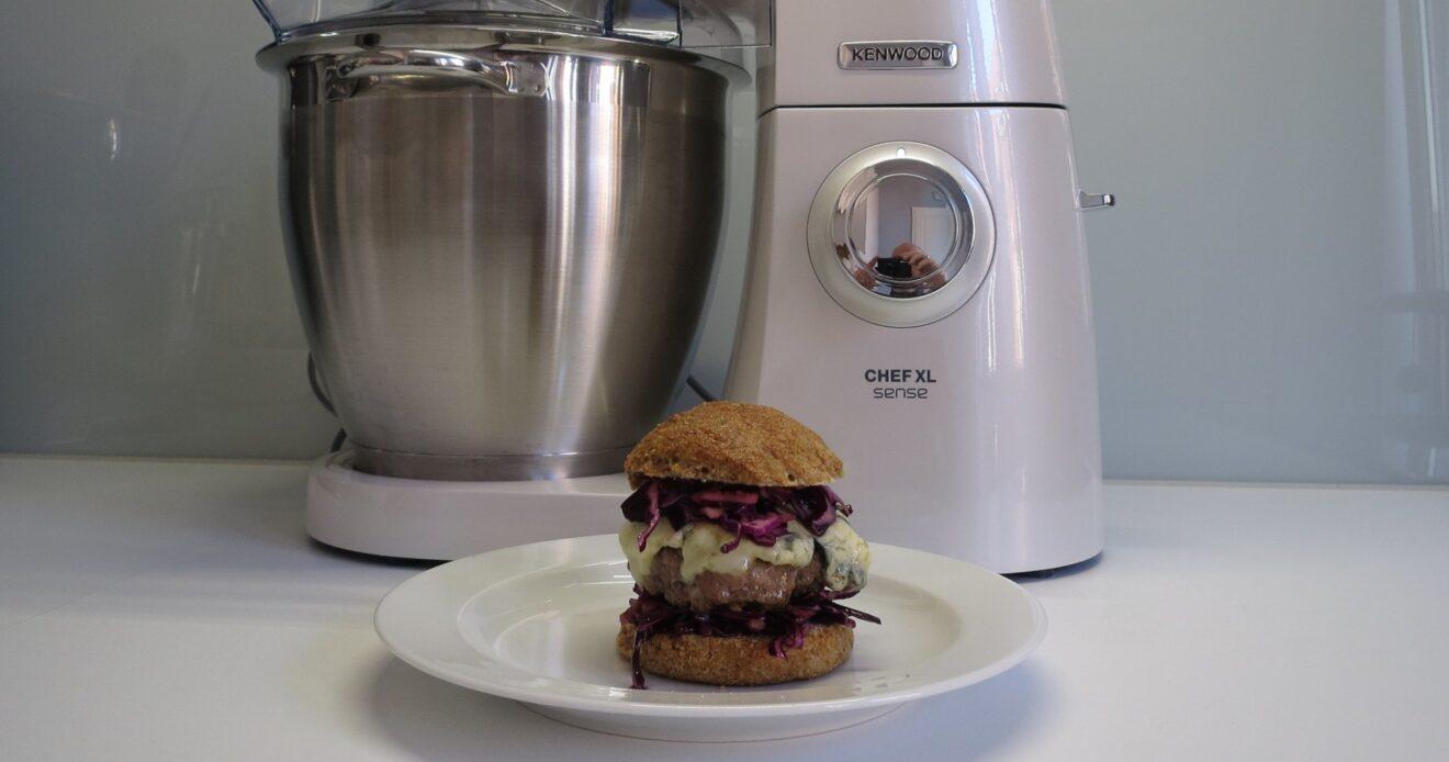 Kennwood Cooking Chef XL mit Burger (Bild: Peter Giesecke)