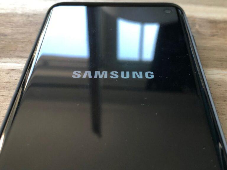 Sieht aus wie die Rückseite, auf der etwas aufgedruckt wäre, ist aber das Display des Galaxy S10.