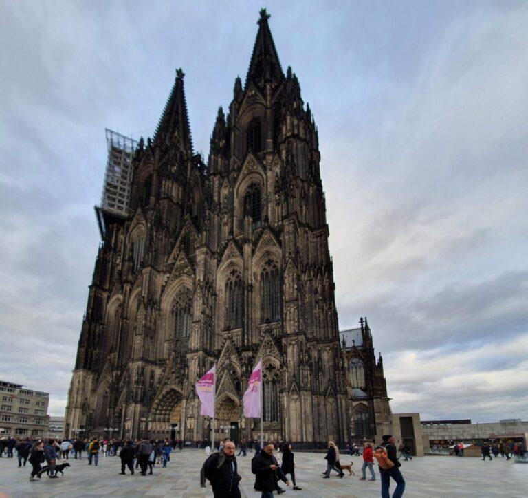 Wozu man einen Ultraweitwinkel wie im S10 braucht? Zum Beispiel, um den Kölner Dom endlich mal ganz auf ein Bild zu bekommen, was mit Normalbrennweite nicht geht.