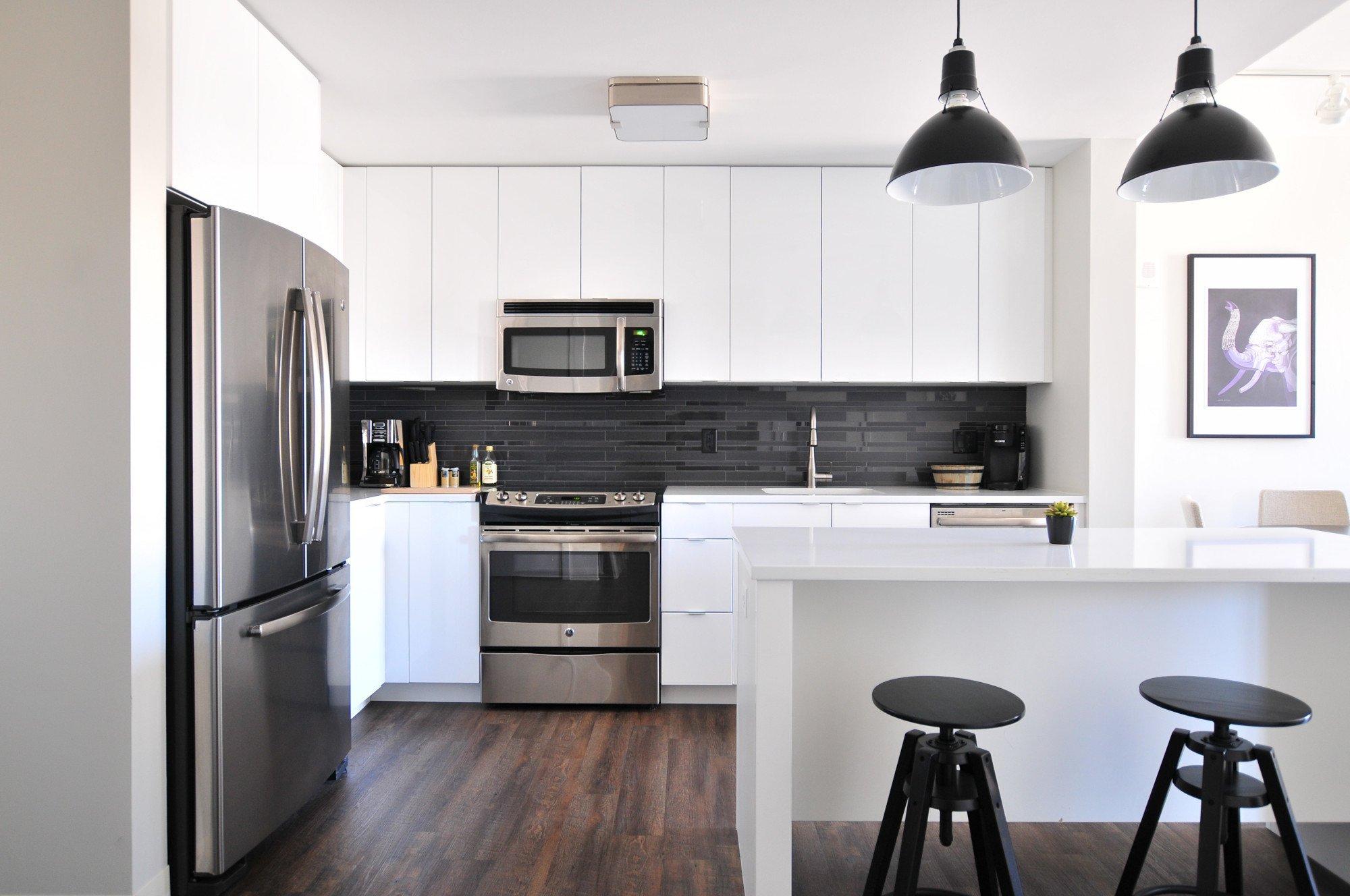 Ein Side-by-Side-Kühlschrank braucht Platz in Küche (Bild: Unsplash/@naomish)