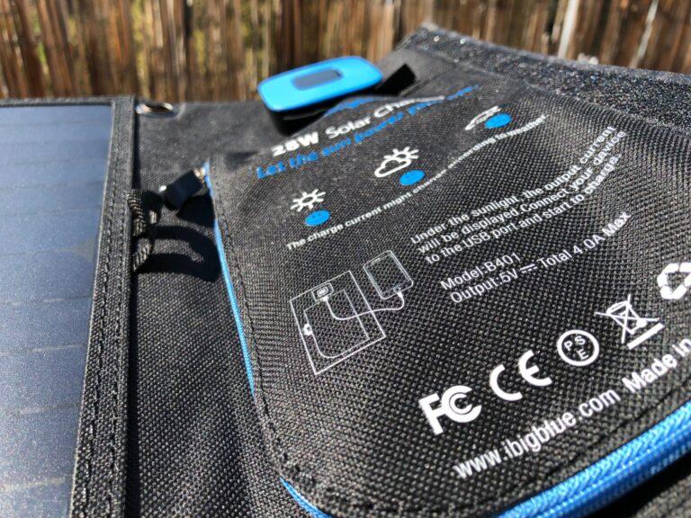 Big Blue Solar Charger: Mit 28 Watt stark genug, um ein Smartphone schnell zu laden.
