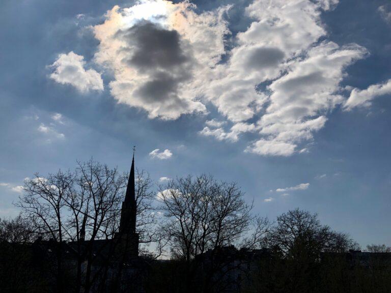 Wehe, wenn da eine Wolke am Himmel steht. Dann bricht die Ladeleistung direkt ein.