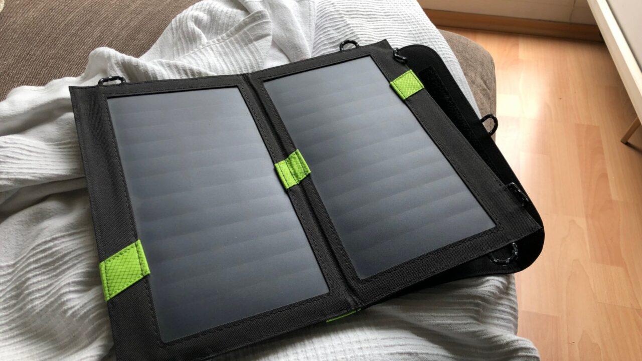 4 Solarladegeräte für Smartphones im Test: Viel (Ampere) hilft viel