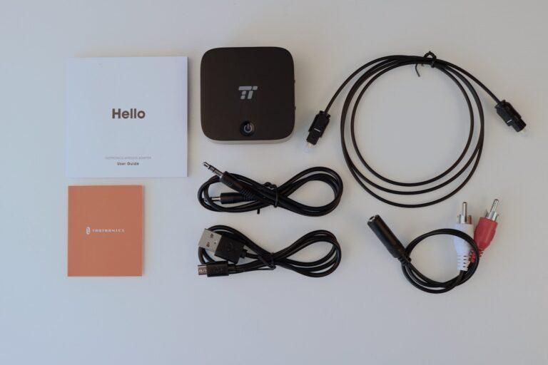 Der Bluetooth-Transmitter kommt mit allen notwendigen Kabeln. Nur ein USB-Netzteil fehlt.
