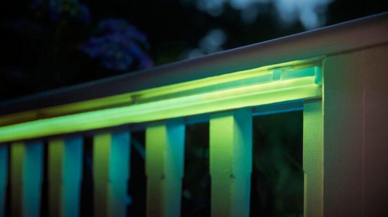 Die Outdoor-Lightstrips sind eine schöne Balkon-Idee, wenn es um Licht geht. (Foto: Signify)