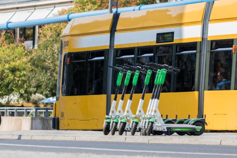 Elektroroller von Lime vor Straßenbahn in Dresden