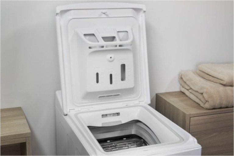 Auf der Klappe einer Toplader-Waschmaschine lässt sich nichts dauerhaft abstellen (Bild: Bauknecht)