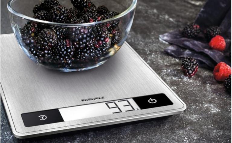 Die LCD-Anzeige der Küchenwaage Soehnle Page Profi ist beleuchtet (Bild: Soehnle)