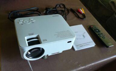 Billigbeamer wie der Tenker T20 sparen meist an Lichtstärke und Auflösung.